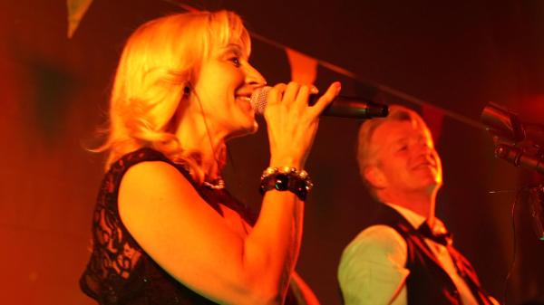 Sängerin Bea und Gitarrist Rob - having fun!